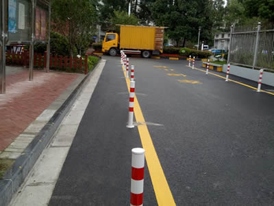Two rows of traffic cylinder in lane line.