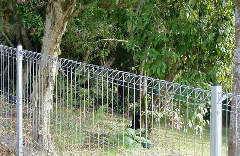 Triangle roll top welded wire fencing for garden is safe for your children but also attractive.